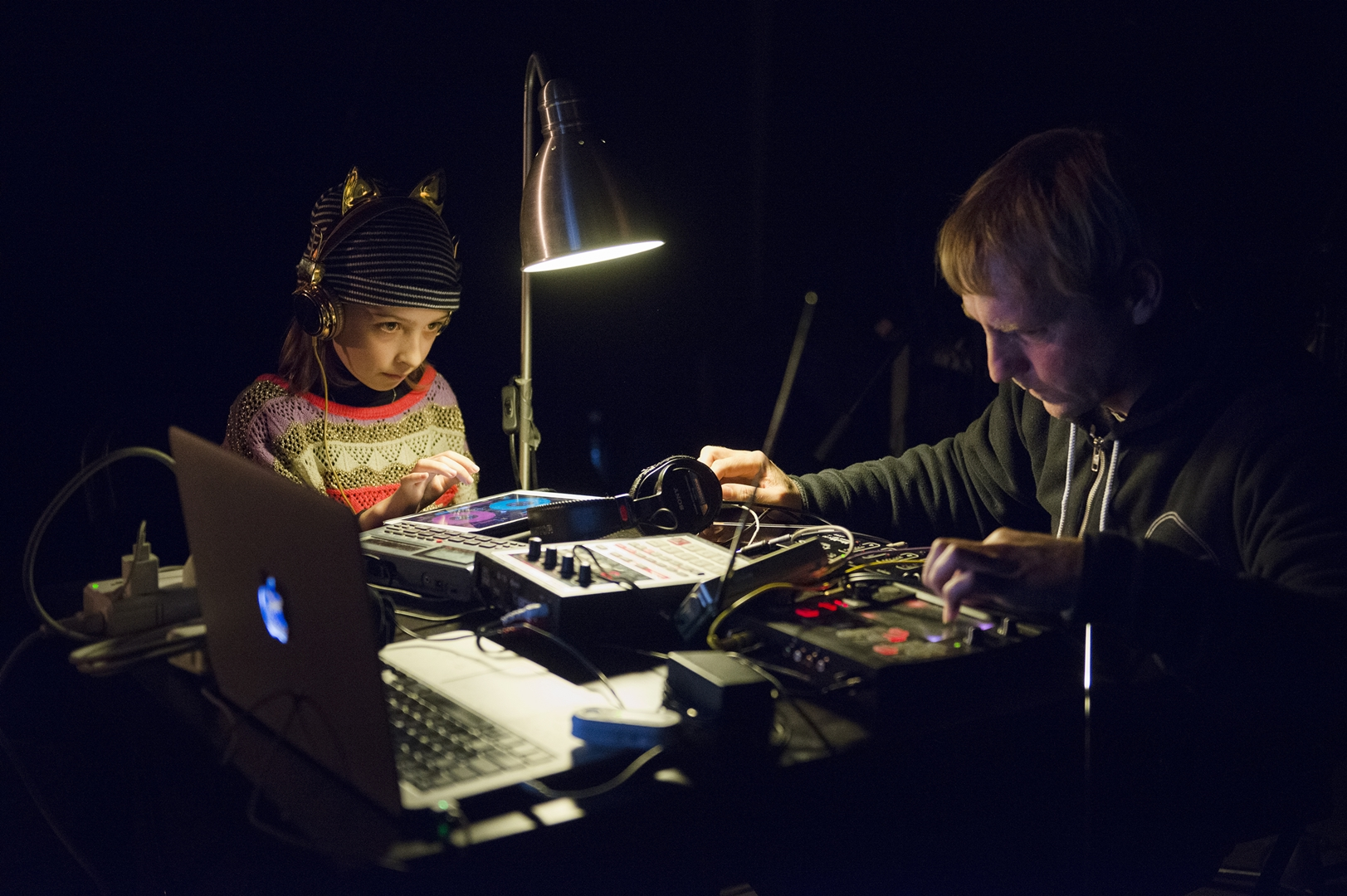 Tom Roe and Echo Roe perform at Radio Revolten